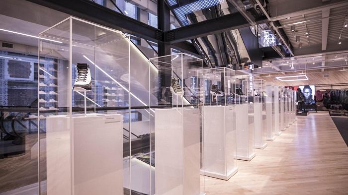 Flagship store: la personificazione dei brand_Nike_teche_trasparenti